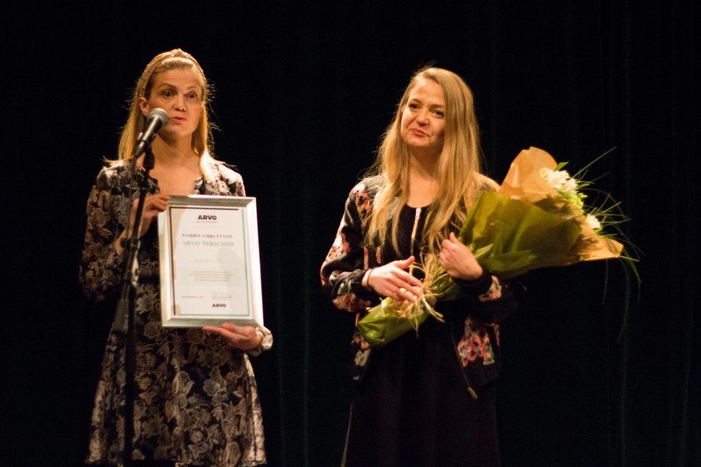 Vennerin Tuulia Järvinen ja Emilia Järvinen vastaanottivat palkintotaulun ja kukat.