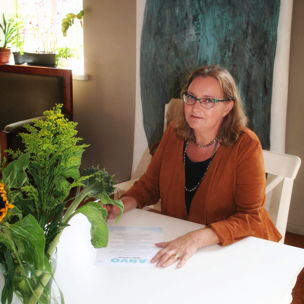 LivingSkillsin Kaisa Nyberg allekirjoittaa Arvo-lupauksen